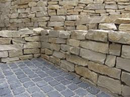 Steinmauer aus Naturstein
