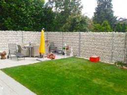 Abgrenzung von Garten durch Steinzaun