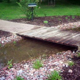 Kleine Brücke über Teich