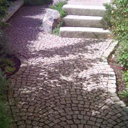 Pflasterweg im Garten